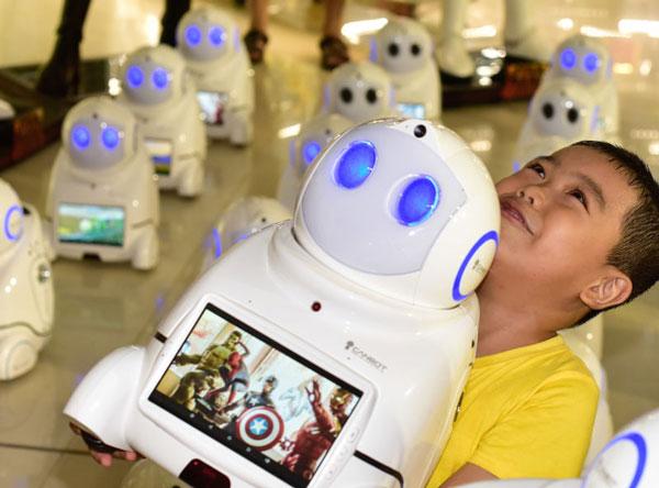小优机器人和孩子